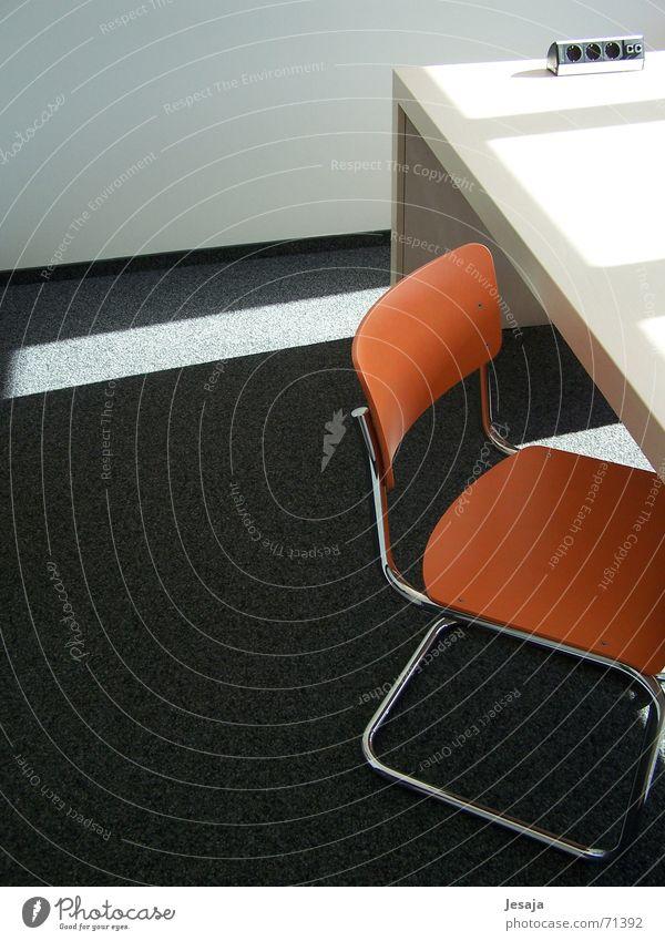 Sauberer Look - Coaching Einsamkeit Holz Stil Büro Metall Business Innenarchitektur orange Raum Design Tisch ästhetisch Bodenbelag Stuhl Sauberkeit Bildung