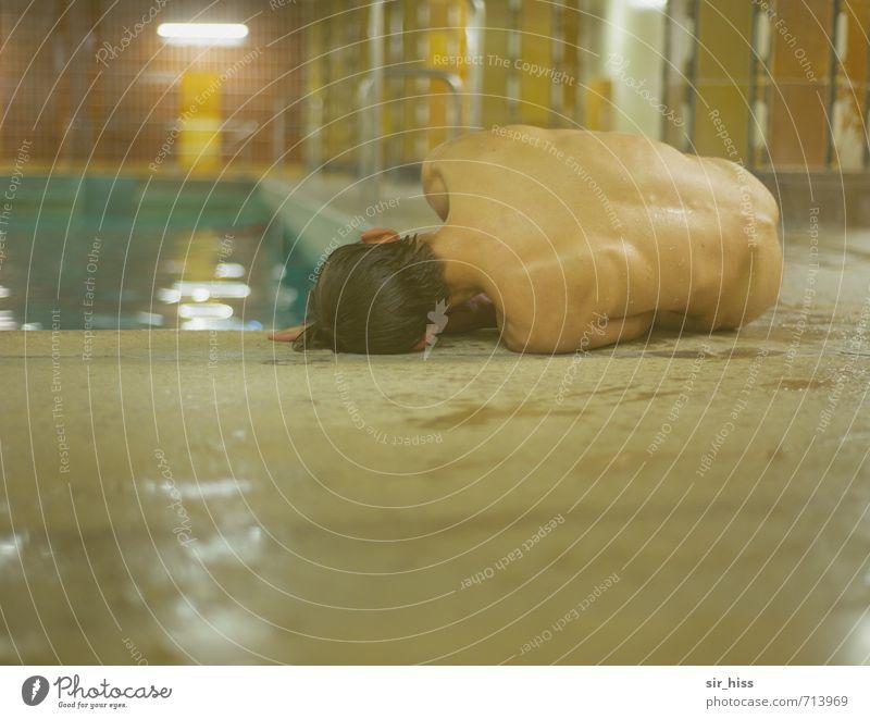 Einzelgänger | abgelegt Schwimmen & Baden Schwimmbad Körper Rücken Denkmal fallen liegen weinen Armut sportlich gruselig nackt braun gelb gold grün Tod