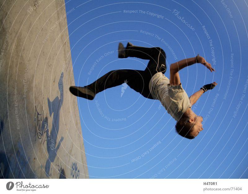 Wallflip Jack two Le Parkour träumen Schwerkraft Salto verrückt Sport frei Himmel Luftverkehr free running fliegen Freiheit wallflip