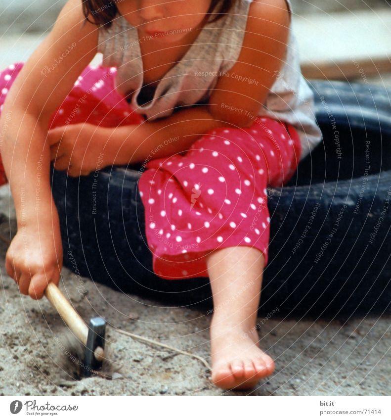 hau druff Spielen Kindererziehung Kindergarten Hammer Kleinkind Mädchen Kindheit Natur Sand Spielplatz Fröhlichkeit natürlich rosa Kraft Sandkasten Vorschule