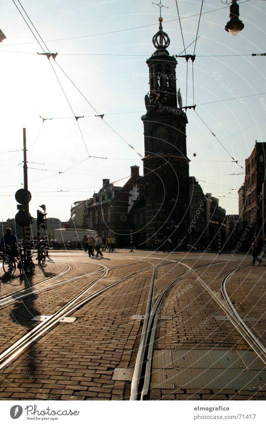 7vor7 Platz Gleise Straßenbahn Oberleitung Licht Gegenlicht dunkel Stadt Amsterdam Niederlande Sommerabend Religion & Glaube Silhouette Sonne hell Abend