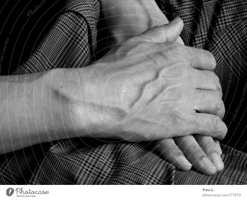 Hände gekreuzt Hand Mann Hose kariert alt Finger Bekleidung Frieden schoß Gefäße Zufriedenheit T-Shirt