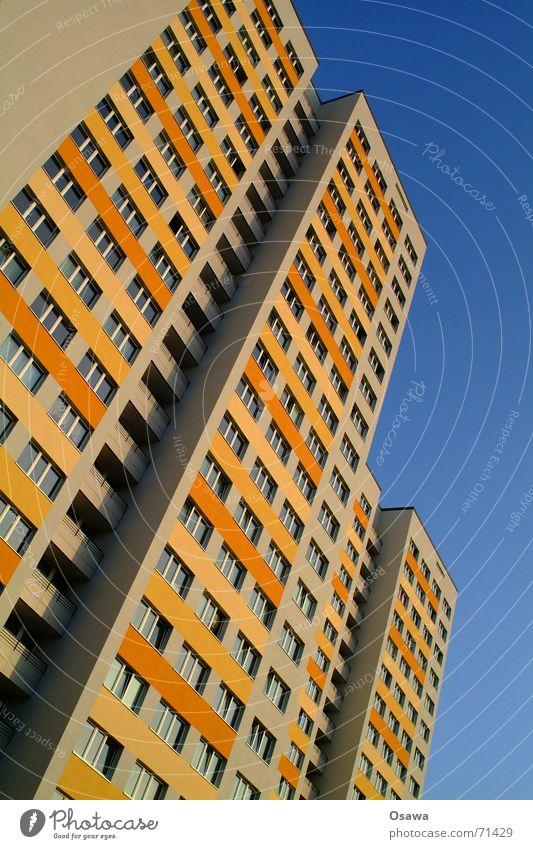 Lichtenberg III Himmel Haus Fenster Gebäude Berlin orange Fassade Wohnung Häusliches Leben trist Energiewirtschaft modern DDR Klimawandel Plattenbau Osten