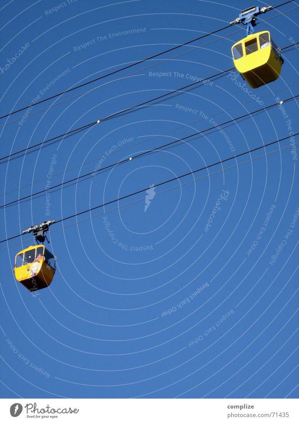 abwärts Himmel blau Sommer Winter gelb Berge u. Gebirge oben Bewegung hoch modern Seil Eisenbahn Luftverkehr Kommunizieren fahren Niveau