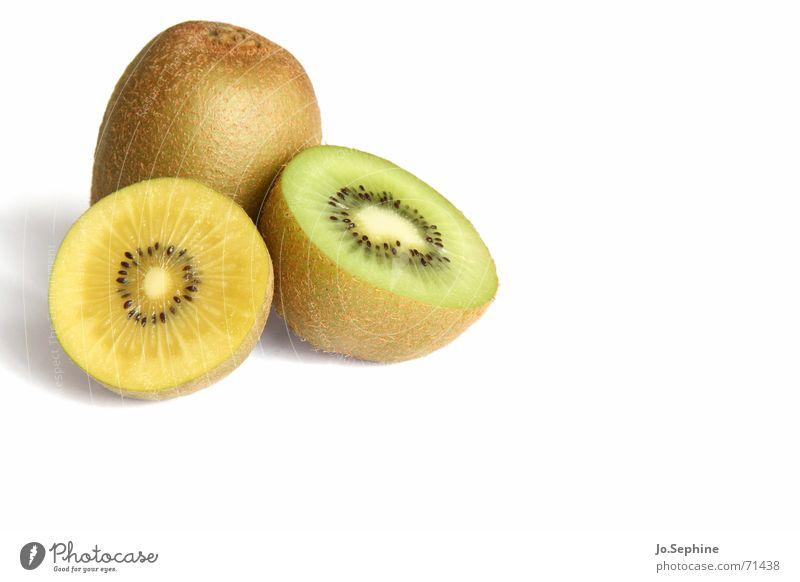 Kiwi I Lebensmittel Frucht Ernährung Diät Gesundheit Wellness Sommer frisch Fruchtfleisch Teilung Erfrischung Hälfte 3 gelb grün Kerne rund Hintergrund neutral