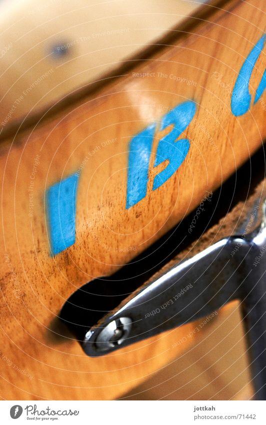 Stencilstuhl blau Farbe Holz Stuhl Schriftzeichen Buchstaben schreiben Typographie Maserung Stuhllehne Holzmehl Schablone