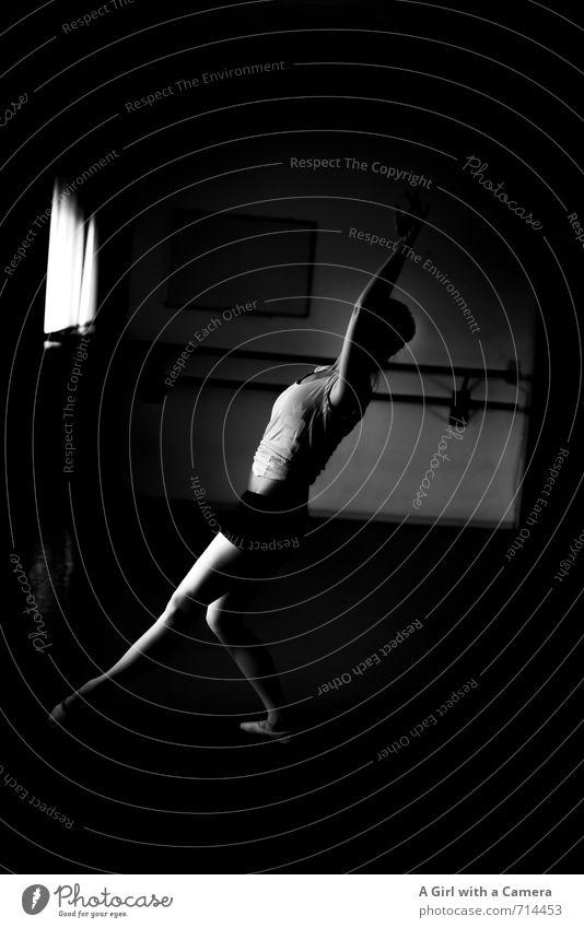Echt I anstrengend Mensch feminin Frau Erwachsene Körper 1 Tanzen Anmut elegant Balletttänzer dünn Schwarzweißfoto Innenaufnahme Textfreiraum rechts Tag Licht