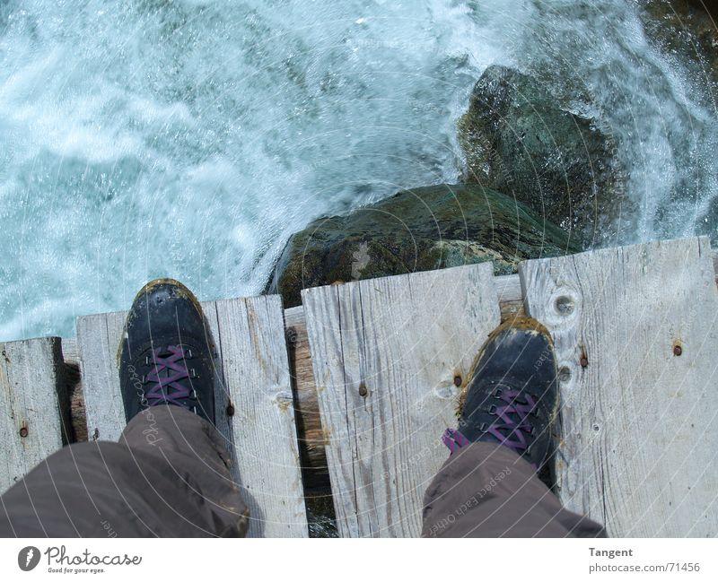 Spring ! Wasser springen Berge u. Gebirge Holz Stein Fuß Schuhe Wellen Felsen Brücke Elektrizität Abenteuer gefährlich bedrohlich Stiefel Bach