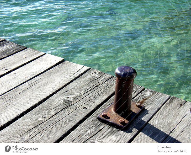 Wasser, mäßig genossen, ist unschädlich Holz Steg Anlegestelle Wellen türkis grau Eisen Wasserfahrzeug blau alt Rost