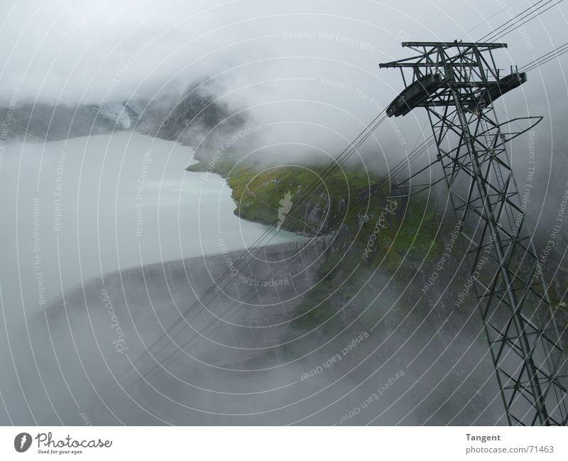 Wolkenloch Nebel Staumauer elektrisch Seilbahn Schweiz Stausee See Wellen Am Rand Regen nass feucht Berge u. Gebirge elektizität Energiewirtschaft Kabel Wasser