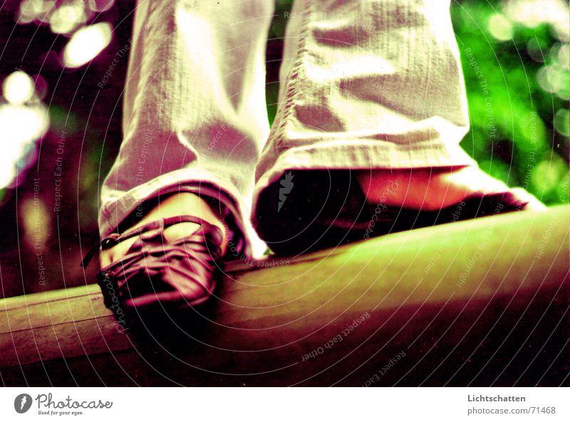 balance Gleichgewicht Zufriedenheit Schuhe Frau Sommer Baum Balken Jeanshose Beine Fuß