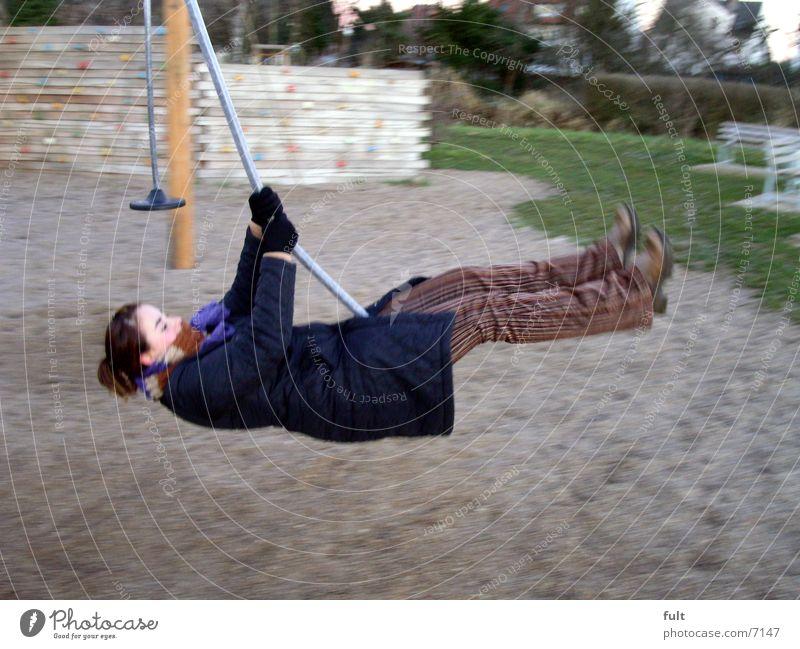 schaukeln Schaukel Spielplatz Frau Schwung Bewegung