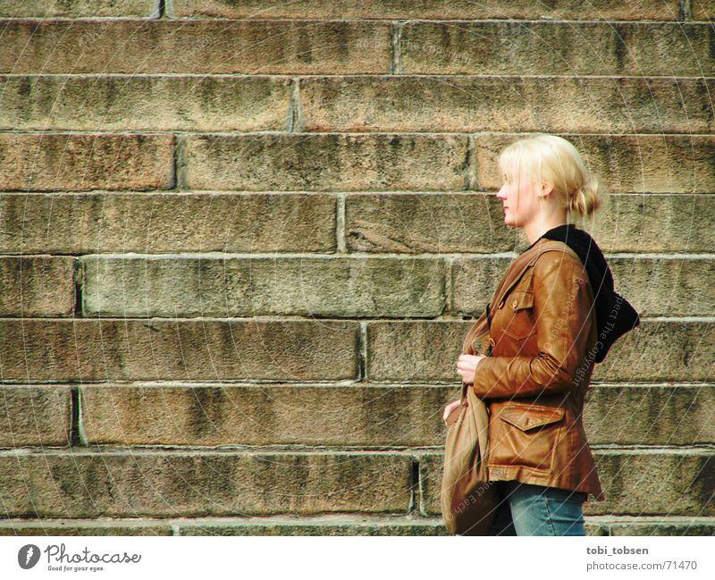 Finnlands Schönheiten Helsinki blond Frau Außenaufnahme Silhouette Treppe Profil