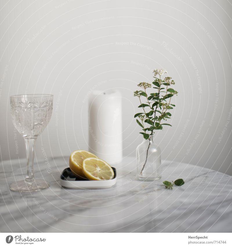 Am Marmortisch V weiß Blume Stein Gesundheit Wohnung Häusliches Leben Glas Trinkwasser frisch einfach Getränk Tisch Sauberkeit Kerze Klarheit