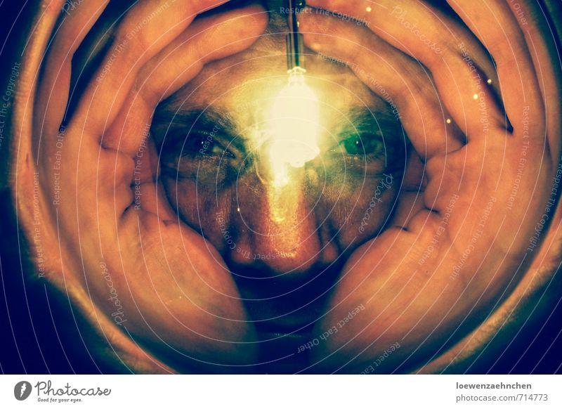 Guck guck Mensch Jugendliche Hand 18-30 Jahre Junger Mann Gesicht Erwachsene außergewöhnlich Lampe träumen maskulin Glas Perspektive beobachten Neugier