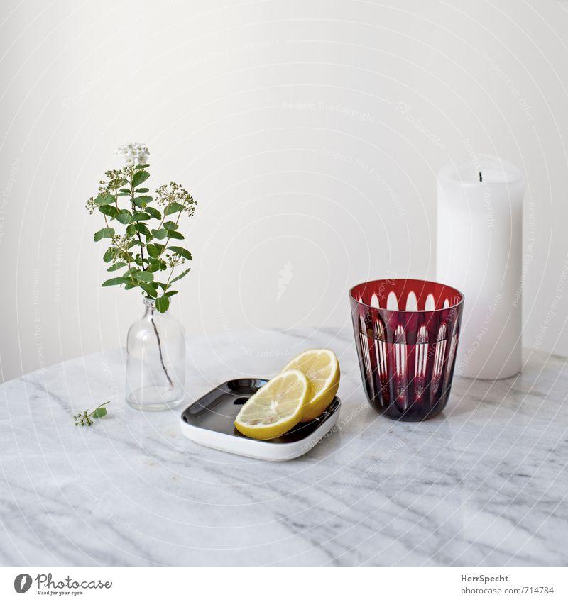 Am Marmortisch III weiß Blume Wand Mauer Stein Wohnung Häusliches Leben Glas Trinkwasser frisch einfach Getränk Tisch Sauberkeit Kerze