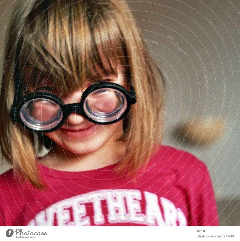 Kleines Mädchen mit Pony trägt Brille / Hornbrille mit hoher Dioptrin 3-8 Jahre Porträt Kindergesicht Kinderoberkörper blond Sehvermögen Brillenträger