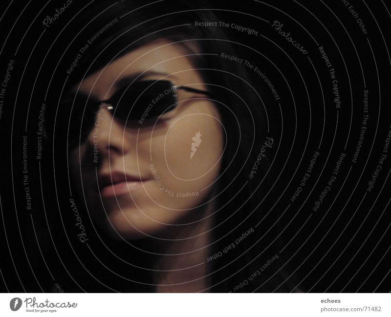 sunglasses at night Sonnenbrille dunkel geheimnisvoll schwarz Model Gesicht schön lachen