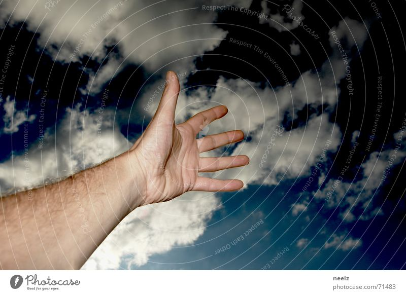 Hand up Himmel blau Wolken dunkel Haut Arme nah fangen zeigen streben