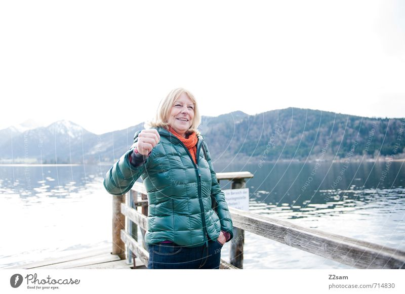 Juhu! Mensch Frau Natur Wasser Erholung Landschaft kalt Erwachsene Umwelt Berge u. Gebirge feminin Herbst natürlich Glück See Freizeit & Hobby