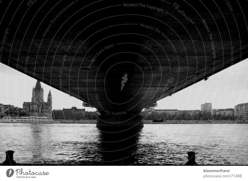 Blick aus meiner Wohnung... Säule Brückenpfeiler Elektrizität dunkel Wasser Donau reichsbrücke Religion & Glaube Fluss Schwarzweißfoto black/white