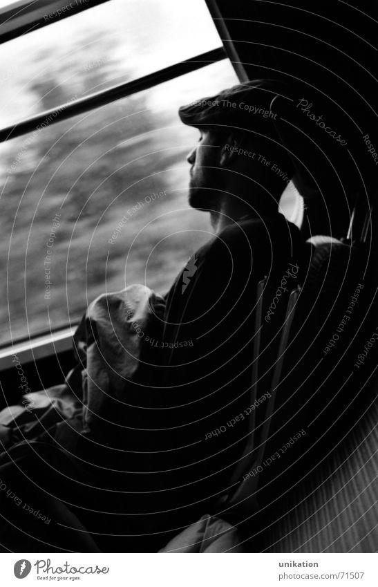 Zug-Schläfer Mann weiß Ferien & Urlaub & Reisen schwarz Fenster träumen Eisenbahn fahren Müdigkeit Fensterscheibe Siesta Pause Bahnfahren Interrail Abteilfenster Nachtzug