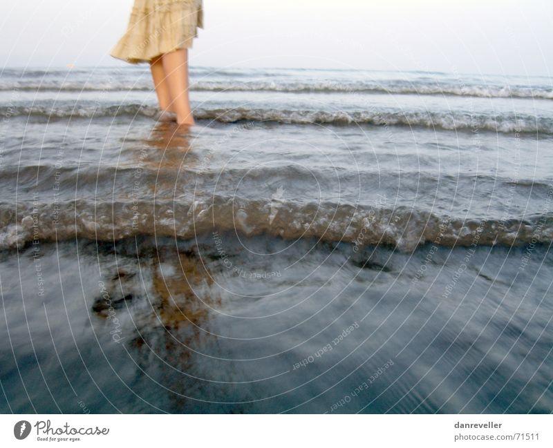 Frisches Wasser Meer Kühlung Erfrischung Physik Sonnenuntergang Wellen Brandung Sommer Abendsonne Ferien & Urlaub & Reisen kalt Herbst Frau Ferne Sehnsucht
