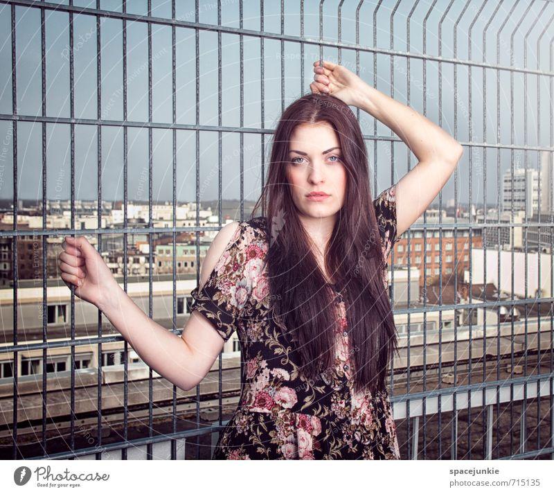 Am Gitter vor der Stadt Mensch Jugendliche schön rot Junge Frau Blume Haus 18-30 Jahre Erotik Erwachsene Gefühle feminin Architektur Gebäude Mode