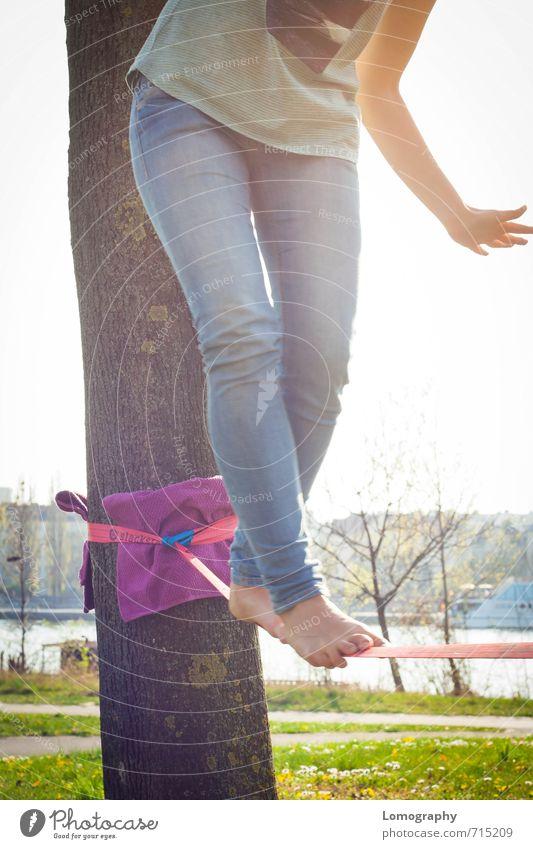 endlich wieder sommer Mensch feminin Frau Erwachsene Jugendliche 1 Lebensfreude Kraft Gleichgewicht Slackline slacken Fuß Geschicklichkeit seiltanz Akrobatik
