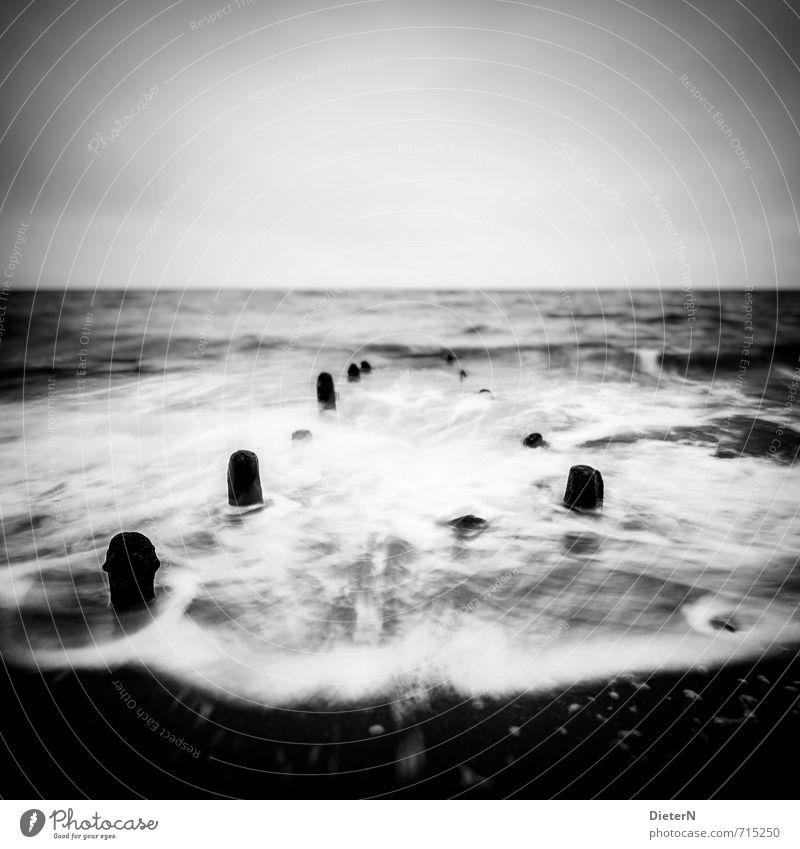 Dunkel Strand Meer Wellen Landschaft Sand Wasser Horizont Frühling Wind Sturm Küste Ostsee Stein grau schwarz weiß Gischt Himmel Buhne Langzeitbelichtung