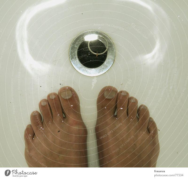 waschfuß Wasser Wärme springen Fuß hell Haut Reinigen Sauberkeit Bad Badewanne Physik Schifffahrt Körperpflege gemütlich Waschen silber