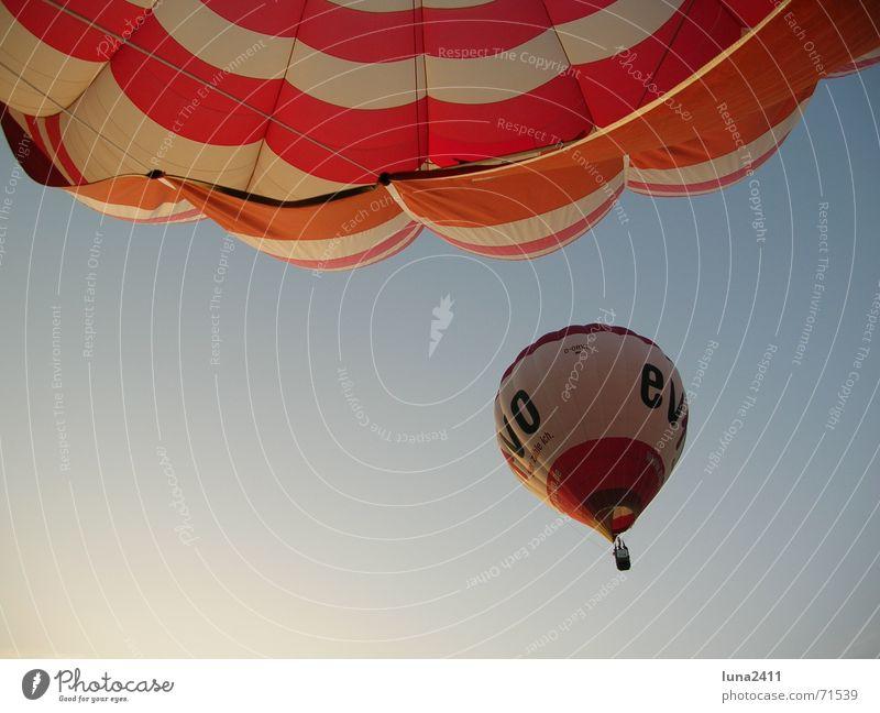 Ballonfahrt fahren rot weiß ruhig gleiten 2 Ballone Seide Morgen Sonnenaufgang blau Himmel Wind evivo Hülle