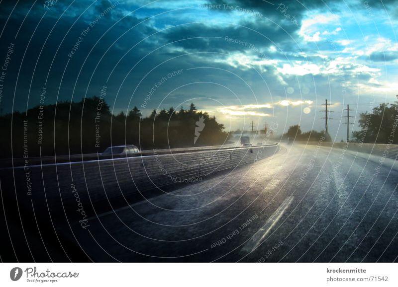 Aquaplaning Wolken Straße Wald Regen Wetter nass Verkehr Geschwindigkeit fahren Schweiz Autobahn Unwetter Telekommunikation Telefonmast Mittelstreifen