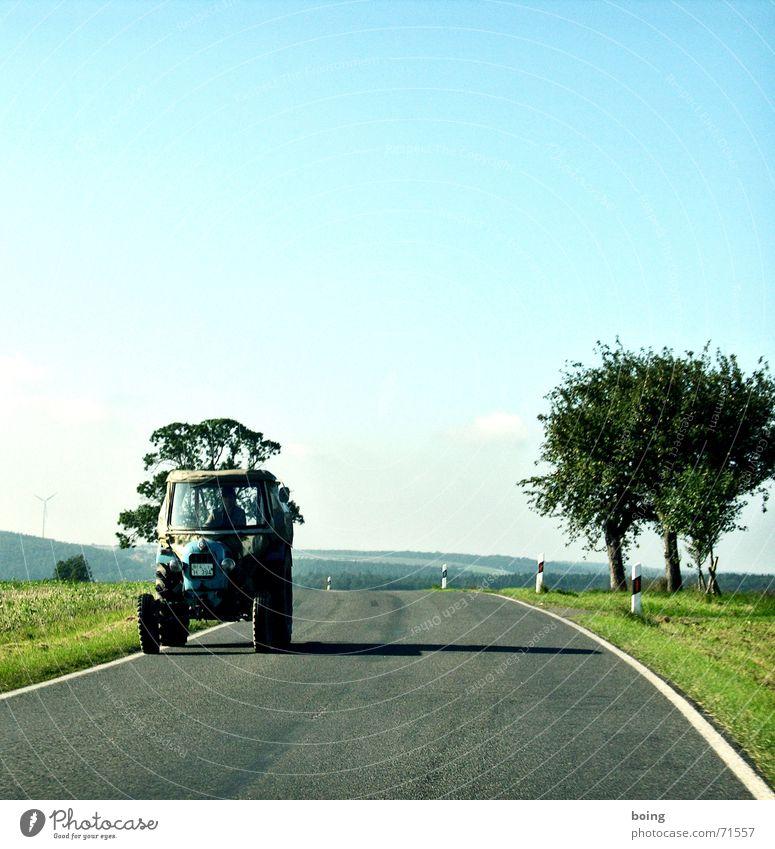 Telefon Flat I Landstraße Traktor Bremsspur Baum Landwirtschaft Ernte Kurve Wegbiegung Herbst pflügen Obstbaum Feld Handwerk Windkraftanlage