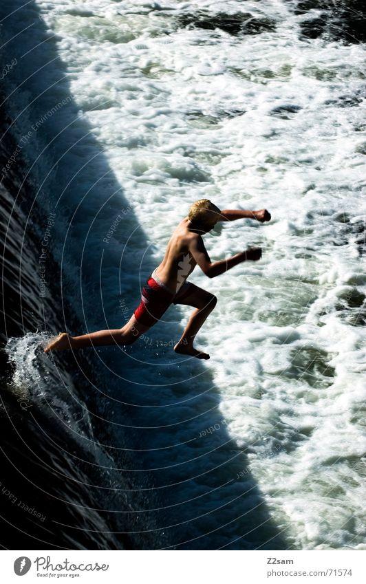 Isar Jumper Wasser blau Sommer springen oben Bewegung Fluss Niveau München Dynamik Bayern schreiten Gischt Gewässer