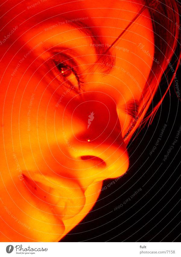 gesicht Frau rot Licht Nachtaufnahme Wange Gesicht Auge Nase Mund