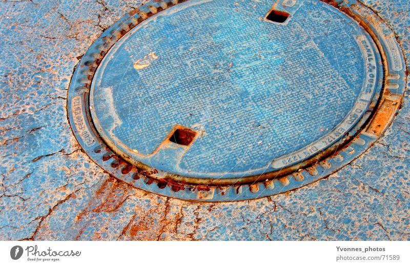 blue Kontrast Wassergraben Gully kaputt Abwasser Kanalisation rund Riss Schrott Abwasserkanal antik Straßenbelag Abfluss Rost Asphalt verfallen Sanieren