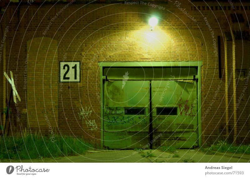 Industrieromantik alt Lampe dunkel Graffiti Beleuchtung geschlossen leer Industrie Ende Vergänglichkeit Gleise Tor verfallen Laterne Eingang Ruine