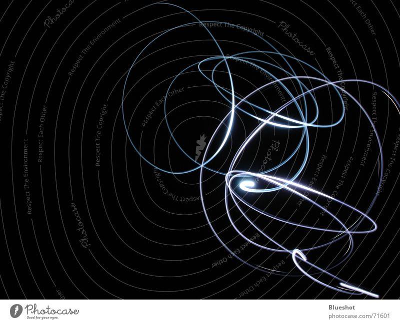 Lichtspuren Nacht Langzeitbelichtung Schwanz Taschenlampe Nachtaufnahme schwarz dunkel Kreis abstrakt Linie