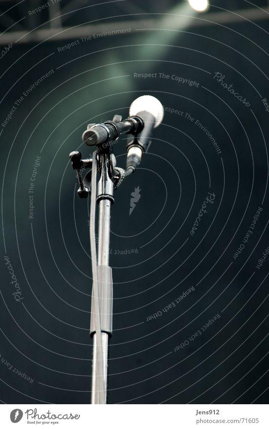 Warten! ... Auf die Band. Musik Mikrofon Stativ Bühne Bühnenbeleuchtung Nebel ruhig Langeweile schwarz Vorhang Konzert Baugerüst Kabel Scheinwerfer warten