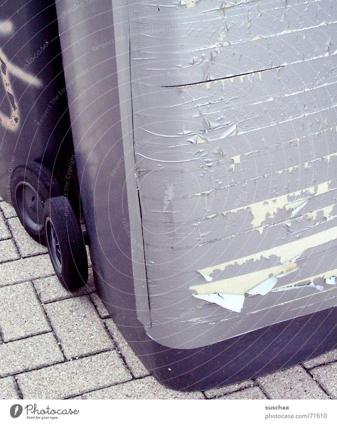 .. der otto is mal wieder voll .. Müllbehälter Fass beklebt stehen pflasterseine gaffa beklebte mülltonne zugeklebt zugemüllt auf der straße stehen rollen