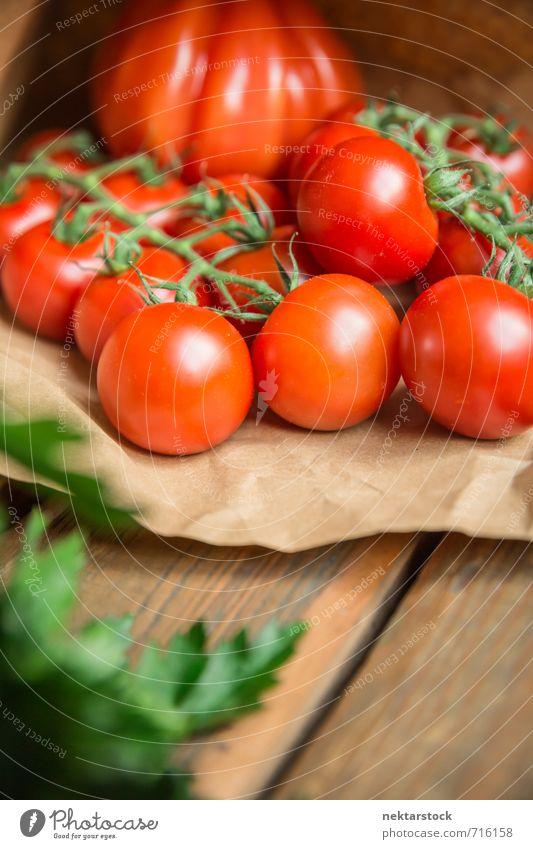 Tomaten frisch vom Markt Lebensmittel Gemüse Salat Salatbeilage Lifestyle Gesundheit vegetables wood Hintergrundbild market tomato food paper parsley fresh