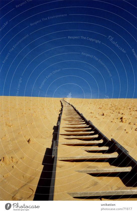 Aufstieg Himmel blau gelb oben Sand hoch Eisenbahn Treppe Gleise Frankreich aufwärts steigen Surrealismus aufsteigen