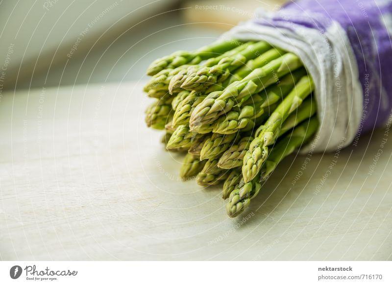 Frischer Spargel Lebensmittel Gemüse Salat Salatbeilage Bioprodukte Vegetarische Ernährung Holz Gesundheit hell dünn Natur healthy food green vegetable