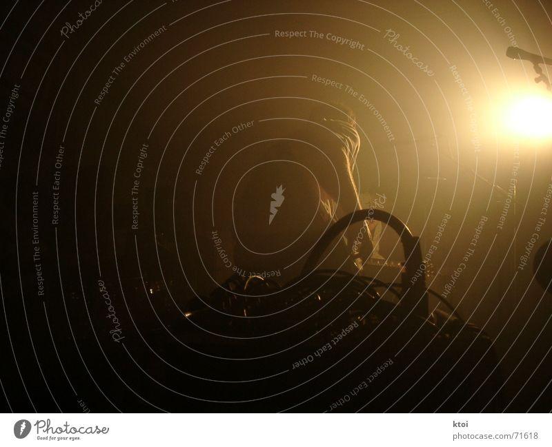 Stage-Games Nebel Bühne Gitarrenspieler Schlagzeug Licht Musik Griff Aktion Mikrofon dunkel unheimlich Konzert Seite schwarz stage Lichterscheinung Scheinwerfer