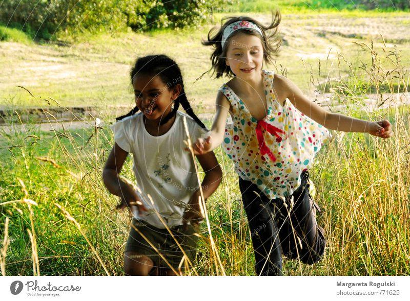 keine Sorgen Kind Natur springen Spielen lachen Fröhlichkeit toben