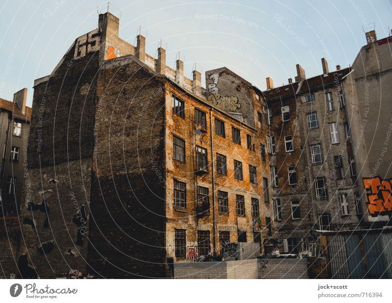 Hinterhalt Himmel Stadt Haus Graffiti Stil Zeit Fassade trist Klima retro historisch Vergangenheit Verfall Leidenschaft Reihe