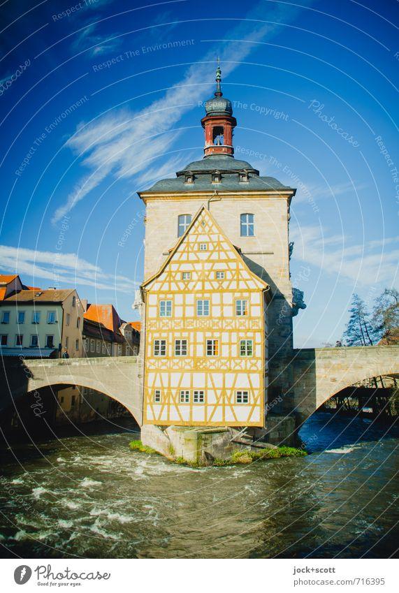 echt altes Rathaus Himmel Wasser ruhig Winter kalt Wärme Architektur Fassade Idylle Erfolg Brücke Kultur Kitsch Fluss historisch