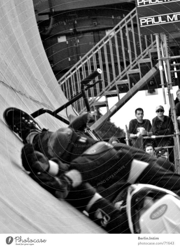 Down With Us Stil 2006 Rampe Sturz schwarz weiß Helm street BMX schützer