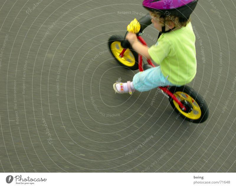 rumwuseln Kind Spielen Freiheit Bewegung Fahrrad Freizeit & Hobby frei Geschwindigkeit Kleinkind Rad Reifen Helm Tretroller Fahrradlenker Kinderfahrrad Lenker